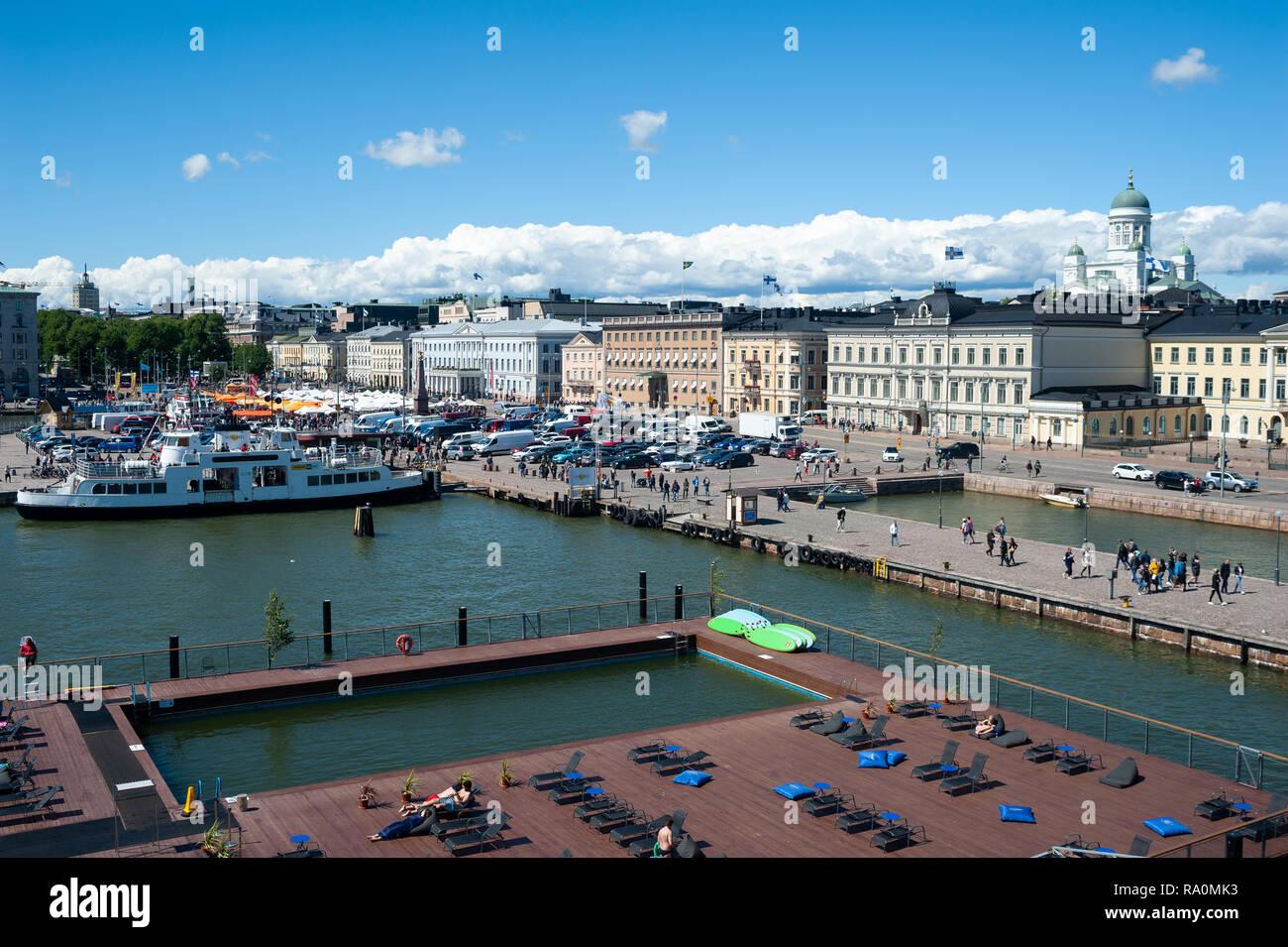 23.06.2018 - Helsinki, Finnland, Europa - Ein erhoehter Blick auf sterben Seenland des Allas Meer Pool mit Hafen, Marktplatz und dem Praesidentenpala Stockbild