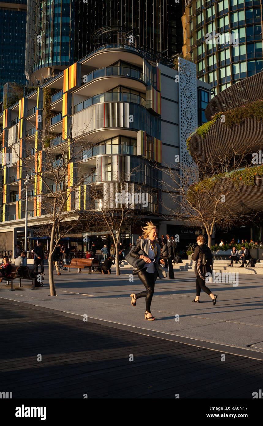 20.09.2018, Sydney, New South Wales, Australien - lehrwerk Hofgarten entlang der Uferpromenade am Wulugul Spaziergang in Barangaroo Süden. Im Hintergrund stehen Stockbild
