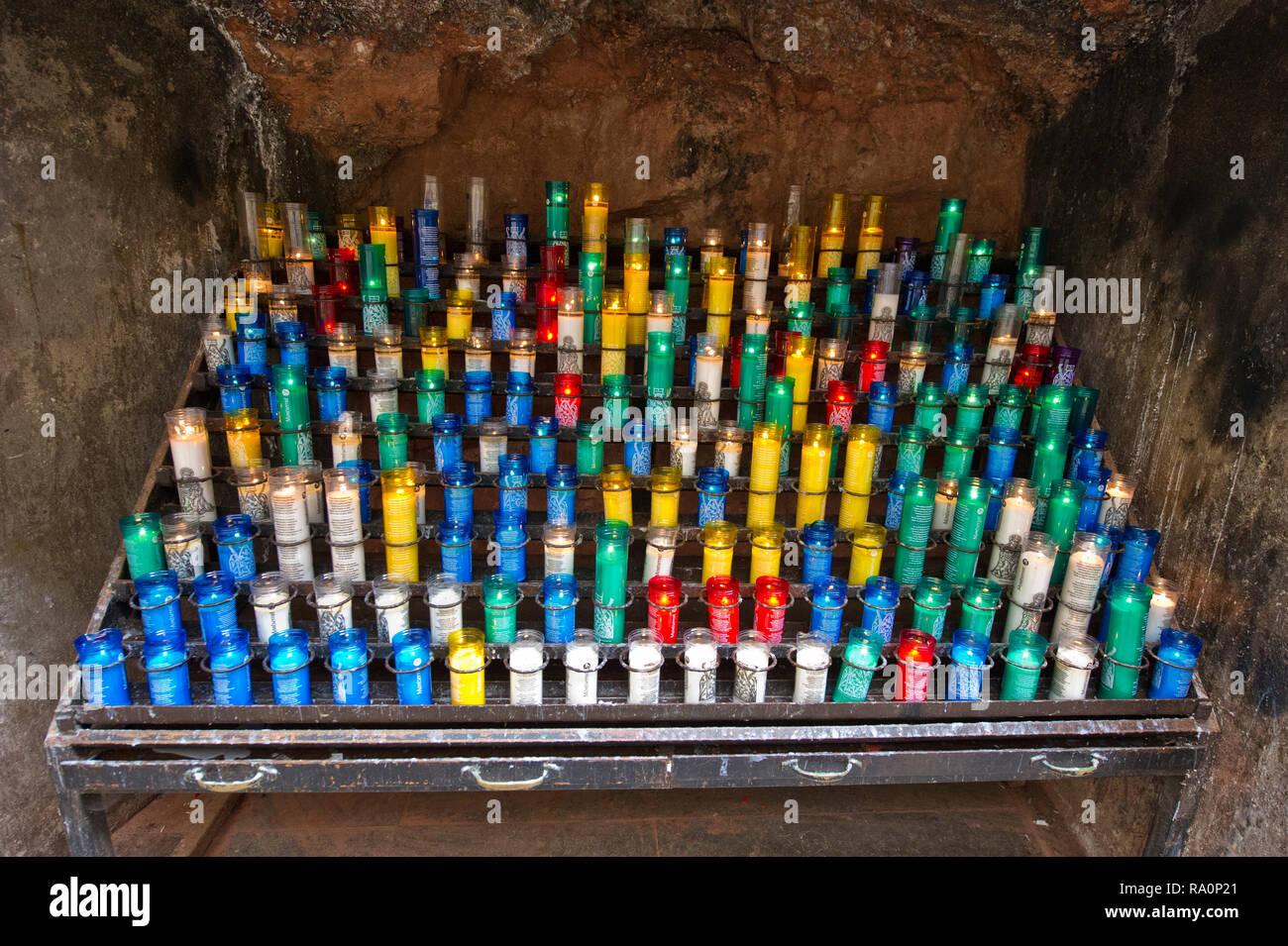 Bunte Gebet Kerzen an das Kloster Montserrat, Montserrat, Barcelona, Spanien Stockbild