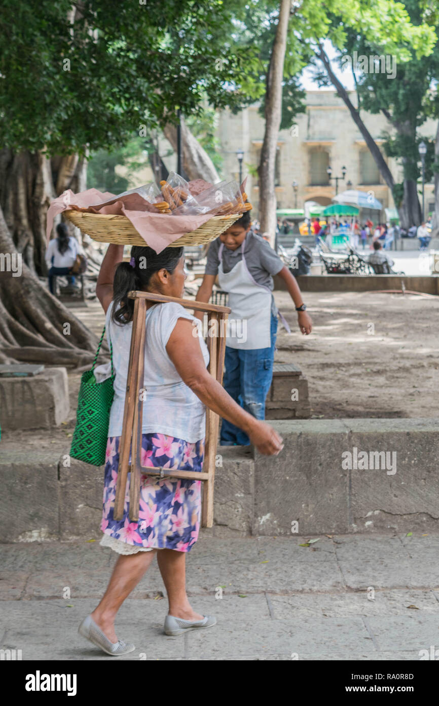 Frauen mit Korb auf dem Kopf, auf dem Marktplatz, Oaxaca, Mexiko Stockbild