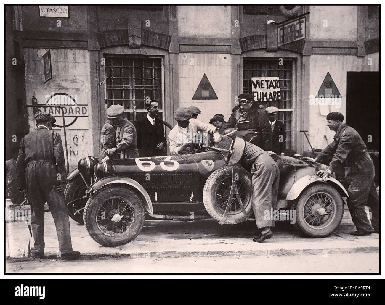 Jahrgang 1932 Mille Miglia italienische Straße Rennen, einen kurzen Boxenstopp für Nummer 63 Alfa Romeo 6C 1500 Spider SStf Zagato Eingetragen von Scuderia Ferrari und beendete das Rennen auf Platz 6. Die Mille Miglia (1000 Miglia) war eine offene Straße, motorsport Rennen, die in Italien 20 nahm - vier mal von 1927 bis 1957. Stockbild
