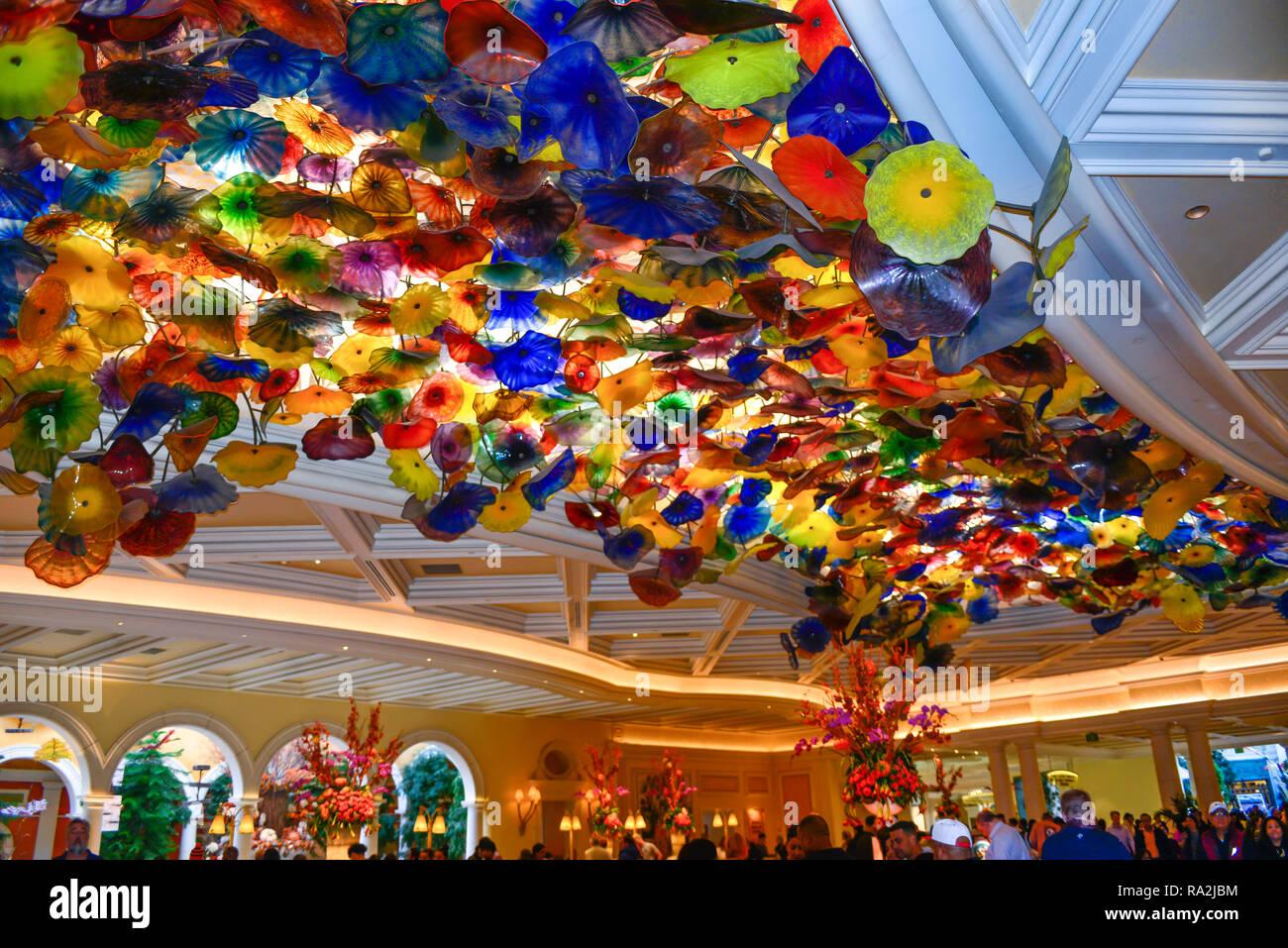 Decke mit Dale Chihuly bunte Glas Skulptur von thousdands von Glas ...