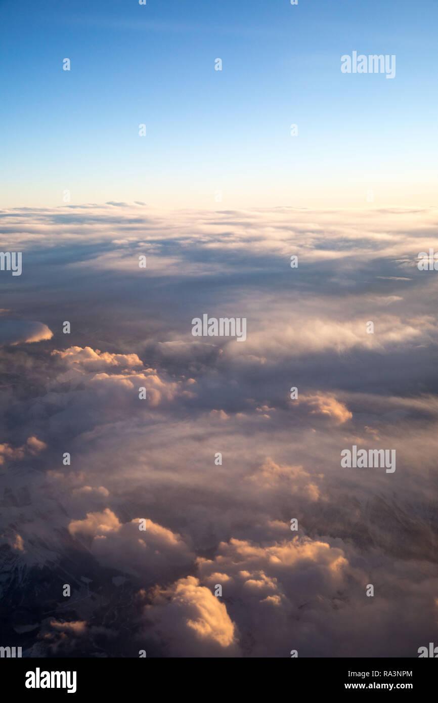 Wolken, ein Blick aus dem Fenster eines Flugzeuges Stockbild