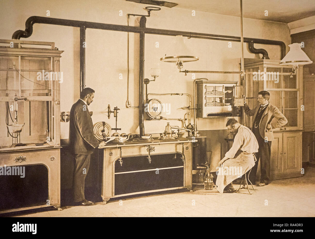 Anfang des zwanzigsten Jahrhunderts Archivierung Foto von Wissenschaftler und Polizei Besichtiger, die in der forensischen Labor auf der Suche nach Verbrechen Beweise Stockbild