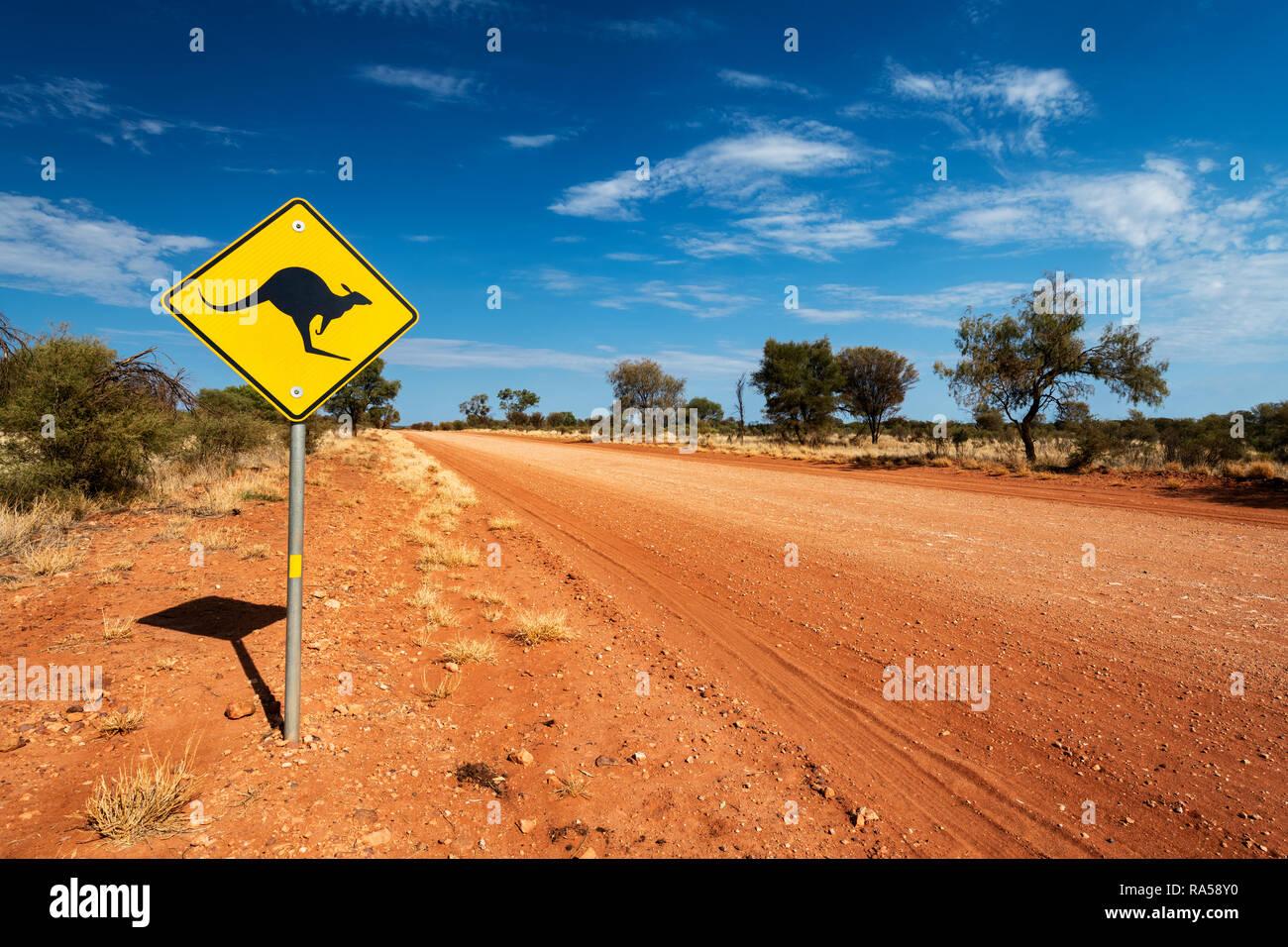 Melden Sie sich auf der remote Mereenie Loop Road im Zentrum von Australien. Stockbild
