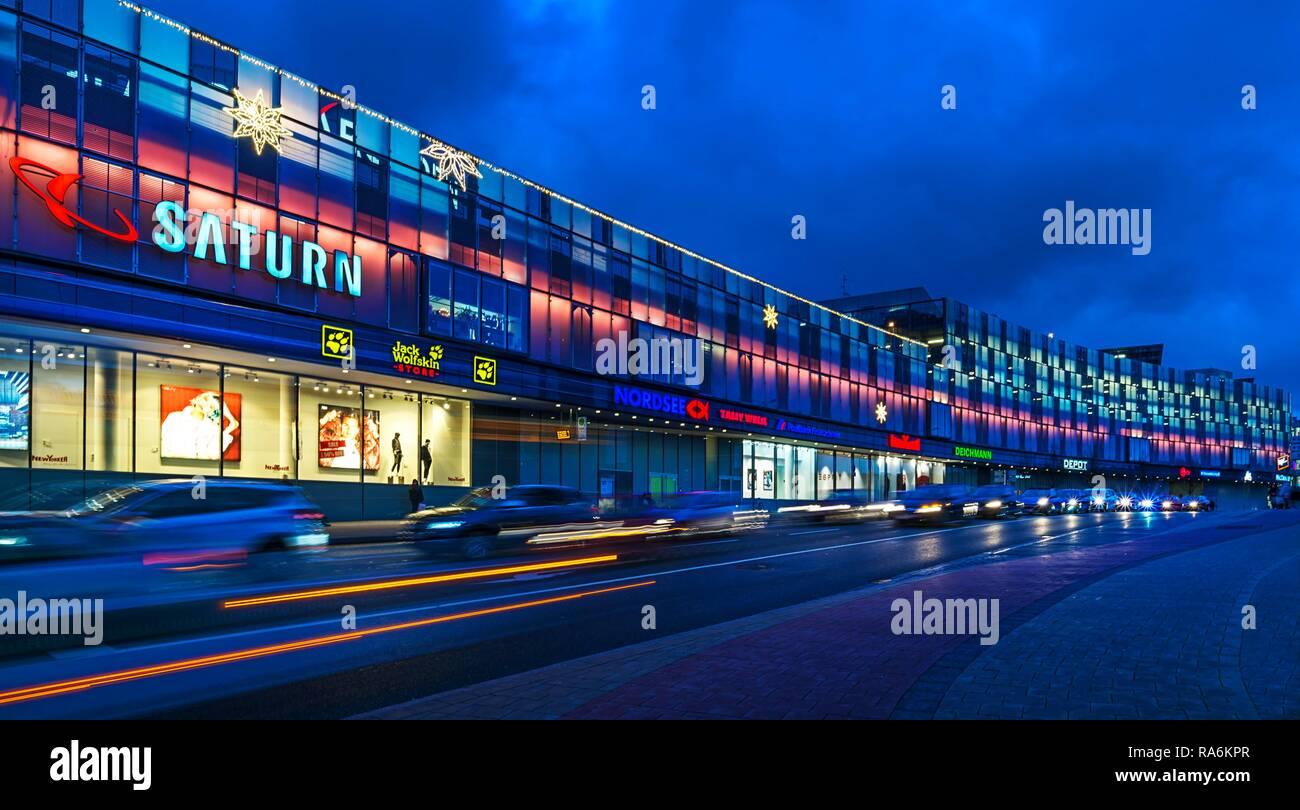 Saturn Weihnachtsbeleuchtung.Abendliche Beleuchtung Eines Einkaufszentrums In Der Dämmerung