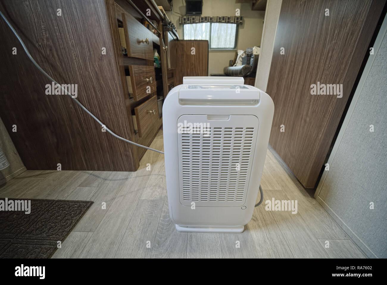Trockenmittel Trockenmittel Innen RV travel trailers mit Schubladen und Schränke öffnen. Geschehen zu RV trocken während der Lagerung zu halten. Stockbild