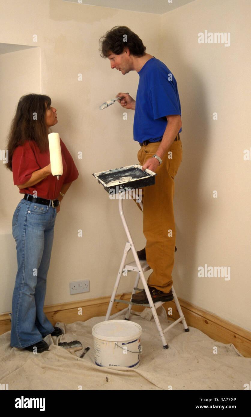 Reifes Paar in Uneinigkeit beim Verzieren des Raumes Stockbild