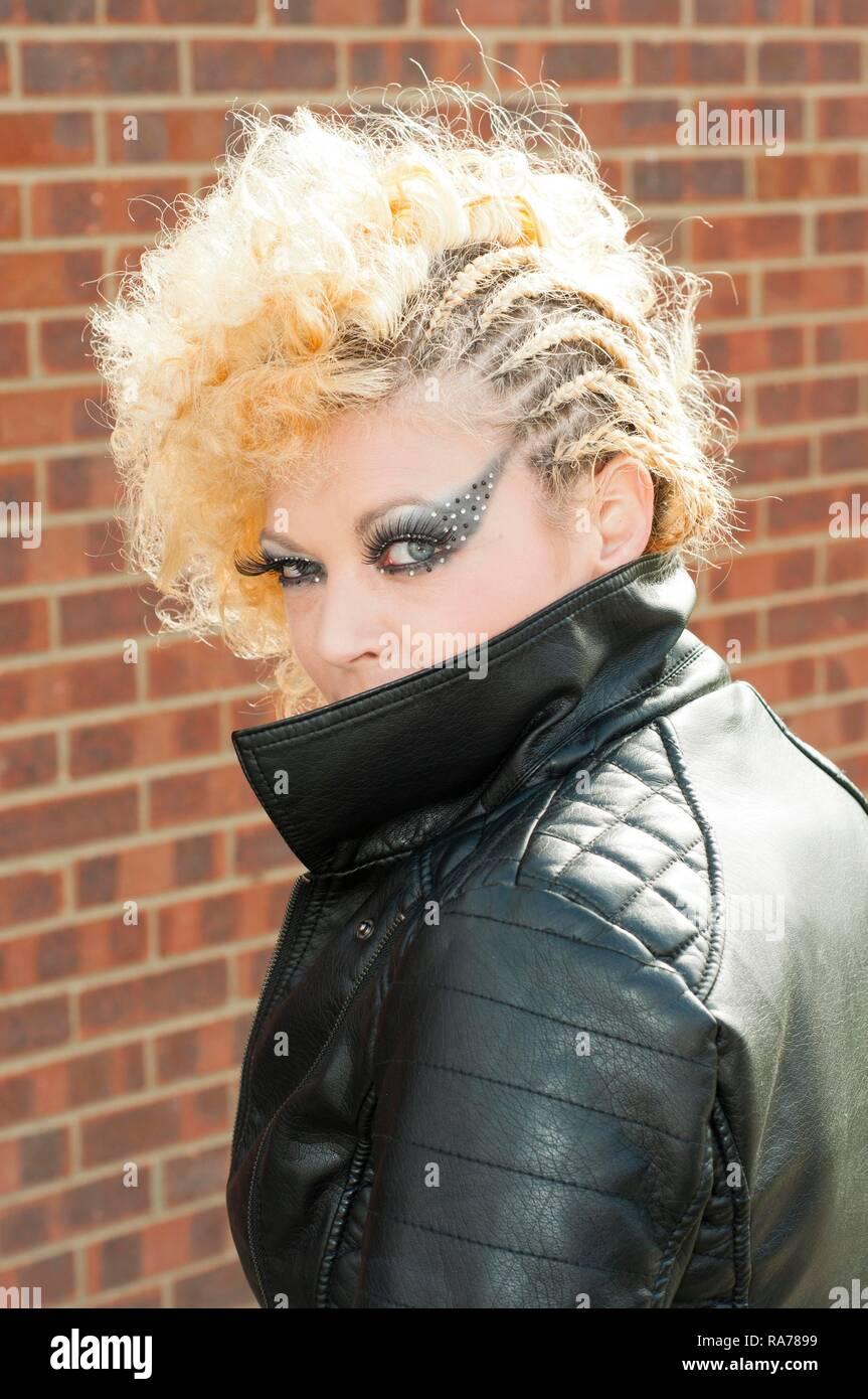 Alternative junge Frau in schwarzem Leder Jacke Stockbild
