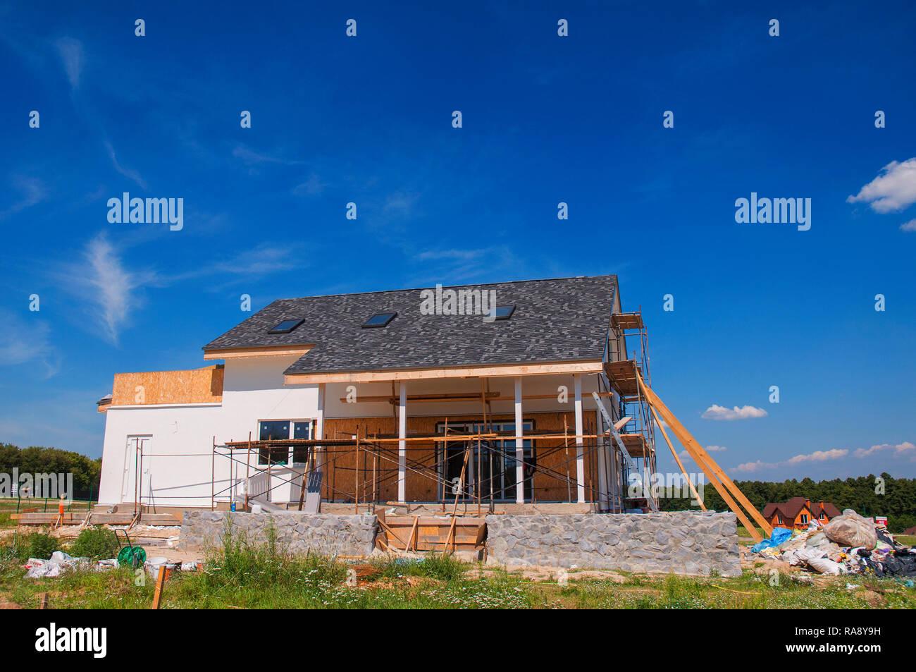 Neue gemütliche Haus Bau an der Außenseite. Gemütliches Haus ...