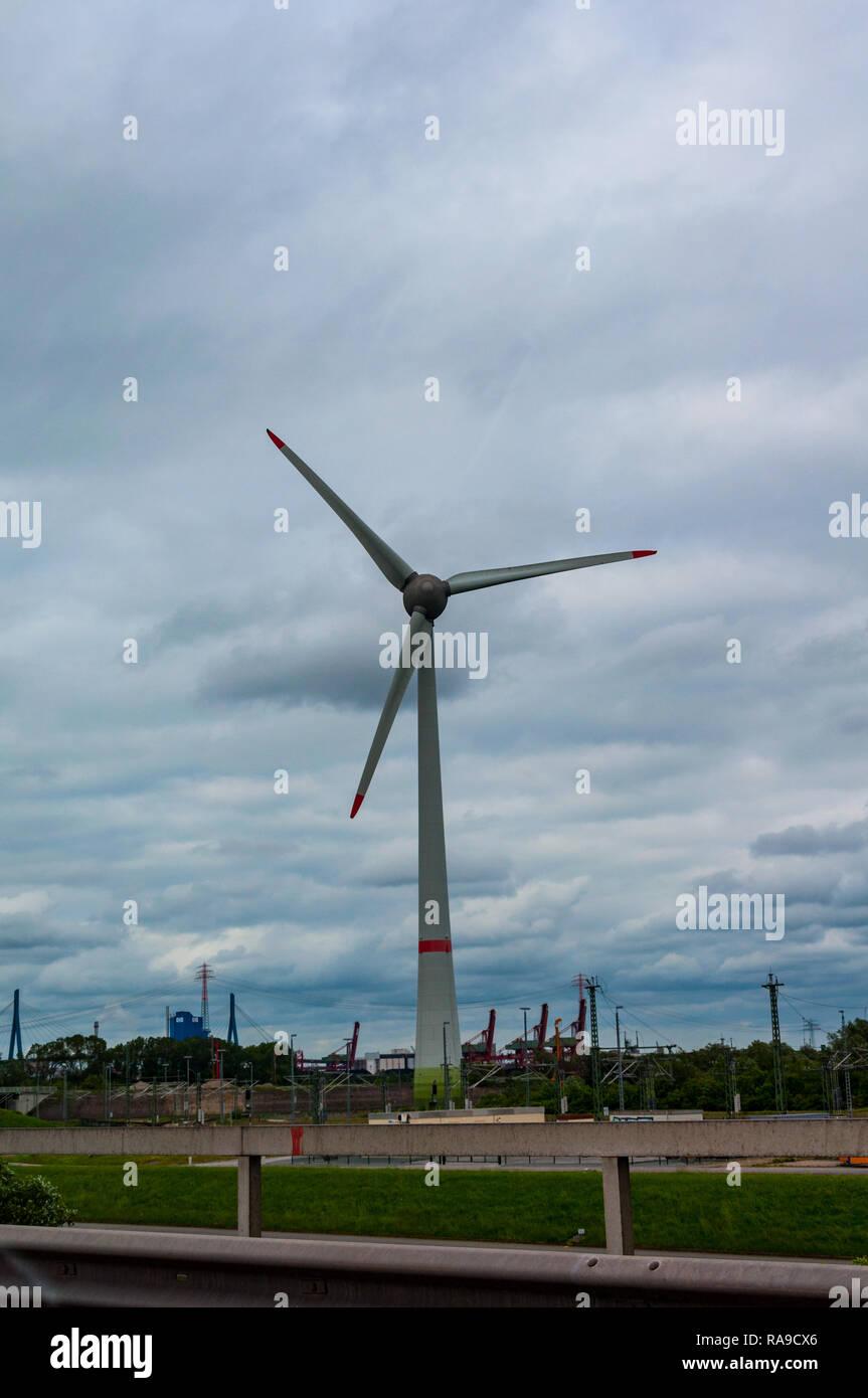 Windmühle in der Hamburger in Deutschland eine Quelle der alternativen Stromversorgung entfernt Stockbild