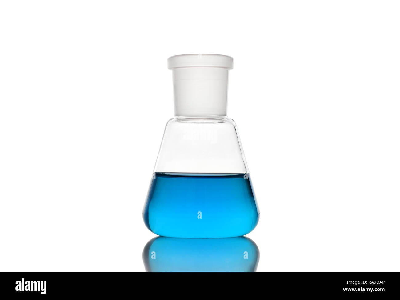 Erlenmeyerkolben mit blauer Flüssigkeit auf weißem Hintergrund Stockbild