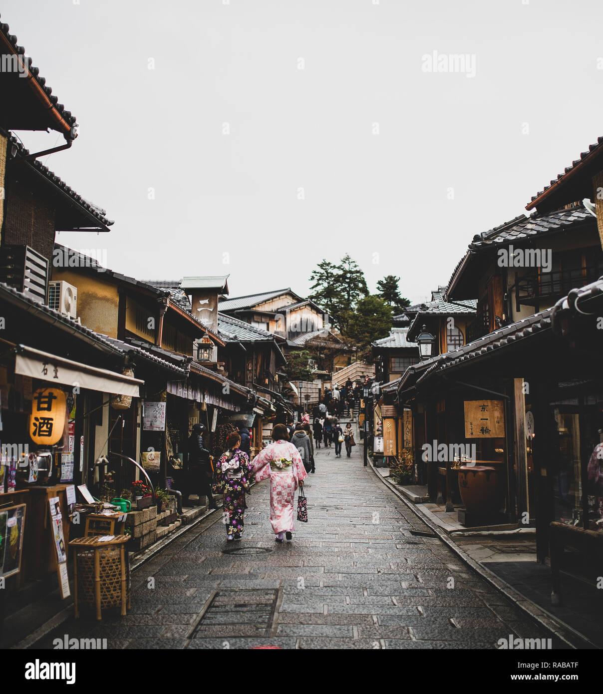 Touristen und japanische Frauen im traditionellen Kimono sind zu Fuß auf dem Weg zum kiyomizu-dera Tempel in Kyoto. Stockfoto