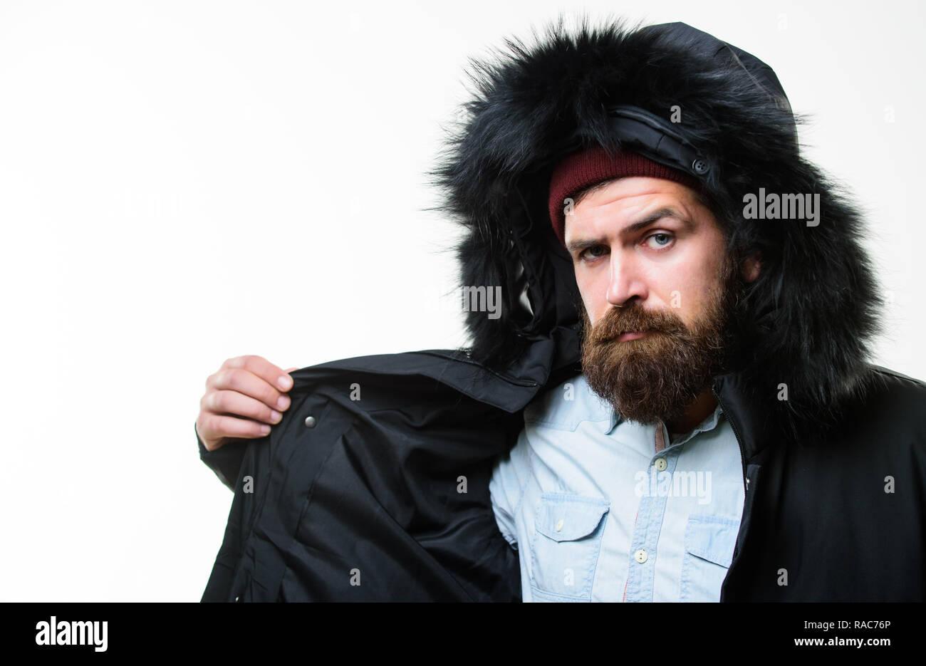 32e6b38a65dc Guy tragen schwarze Winterjacke mit Kapuze. Für die Wetter Veränderungen  vorbereitet. Winter stilvolle Herrenmode