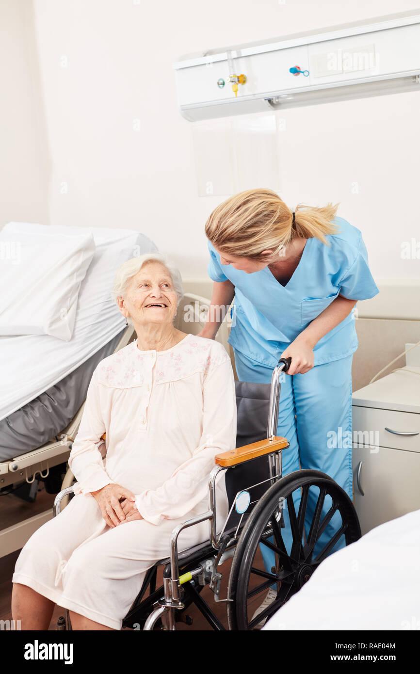 Betreuer Oder Pfleger Sieht Nach Einem Kranken Senioren Im Rollstuhl