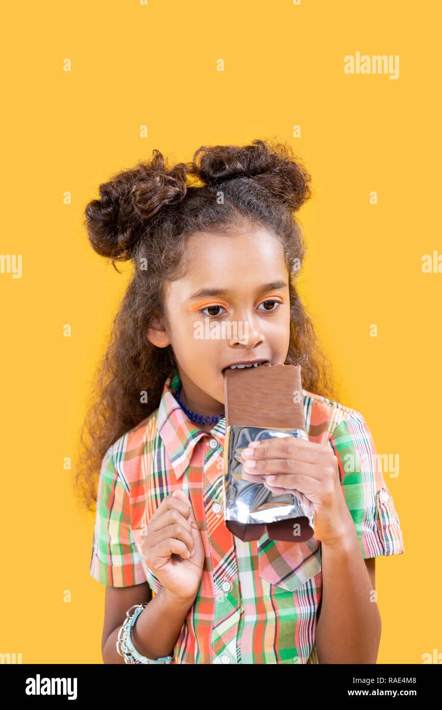 Angenehme schöne süße Mädchen essen ungesundes Essen Stockbild