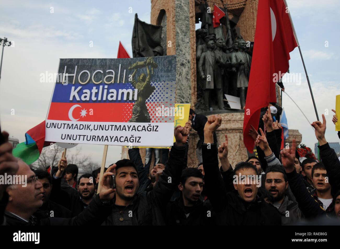 Istanbul Turkei Die Demonstranten Sind In Taksim Square Protestieren Khojaly Tragodie Die Sich Gegen Die Turken In Aserbaidschan Die Von Armeniern Geschah Stockfotografie Alamy