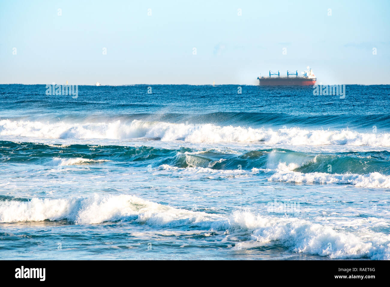 Wilde Wellen und blauer Himmel. Gangwon-do Strand, Republik Korea. Stockfoto