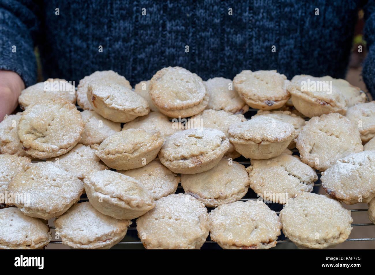 Mann, der Weihnachten gebacken hausgemachte Torten auf einem Gitter mince Stockfoto