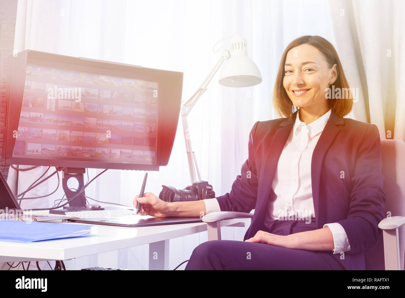 Frau arbeiten mit Image Editor im Büro Stockbild