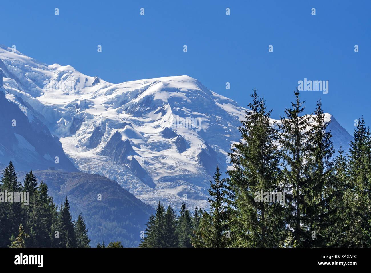 Französische Seite der Mont Blanc Massiv mit den Dôme du Goûter Mountain Top/Gipfel und der Glacier des Bossons im Sommer, Haute-Savoie, Frankreich Stockbild