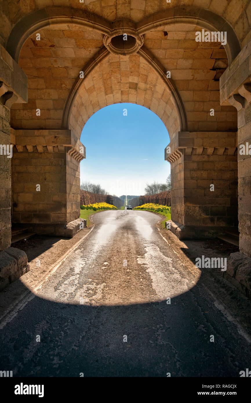 Straßen nach Schloss durch Bögen in North Yorkshire Stockbild