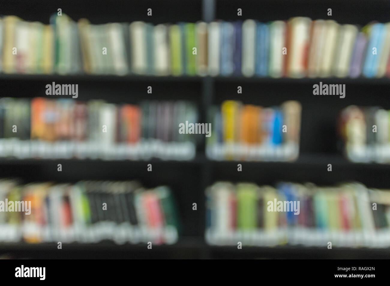 Bücherregale in der Bibliothek mit einer großen Anzahl von Büchern. Vor vi Stockbild