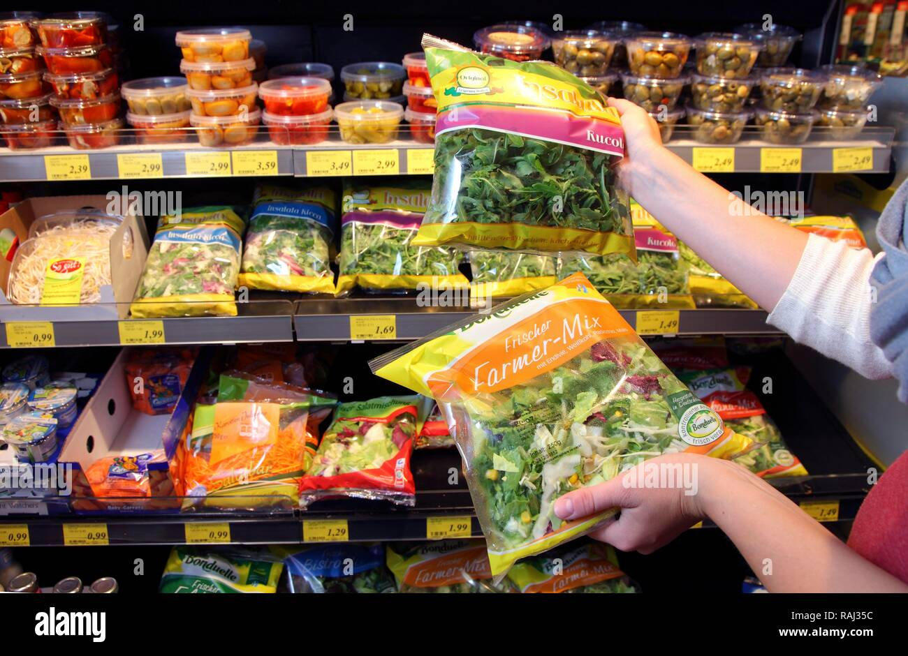 Küche - Fertig verpackte Salate, Food Hall, Supermarkt Stockbild