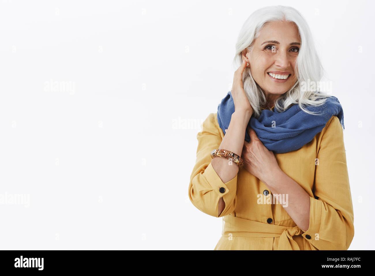 Wie Sehe Ich Aus Charmante Modische Und Freuen Uns Großmutter Mit