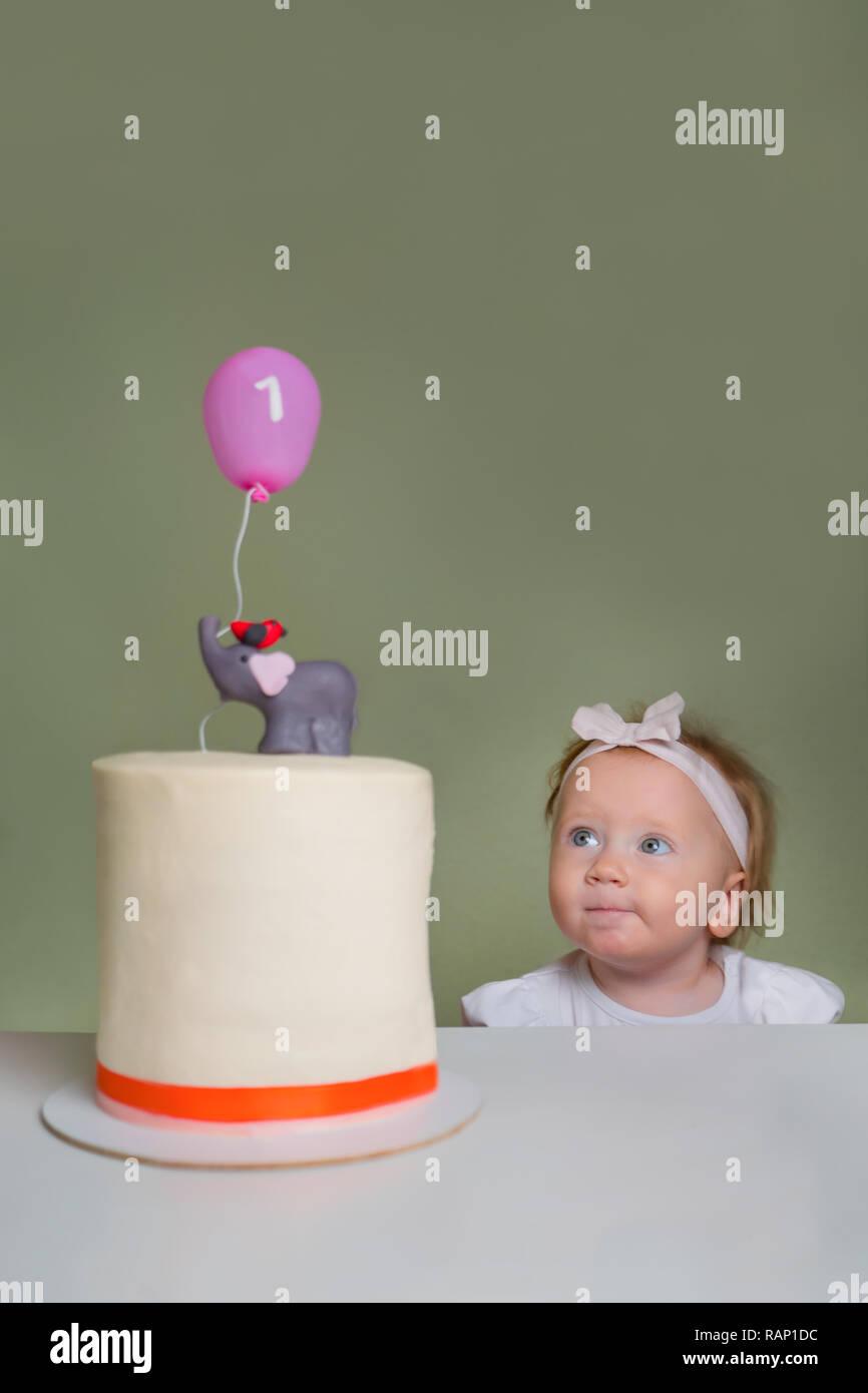Kleines Mädchen In Der Nähe Der Torte Ein Jahr Altes Mädchen Ihren