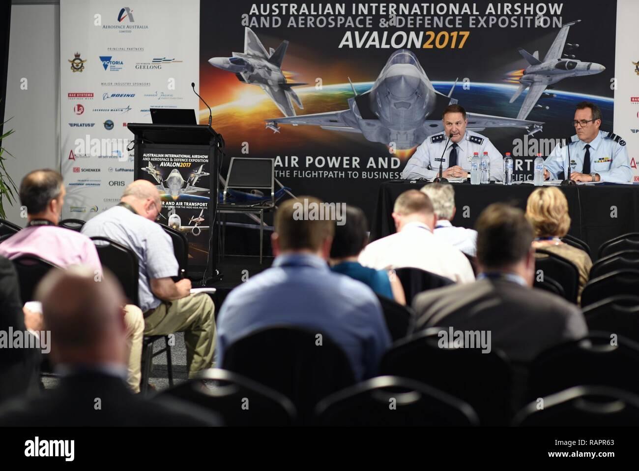 Geelong, Australien - US Air Force Generalleutnant Christopher Bogdan, Programm Executive Officer für die F-35 Lightning II, erörtert die Bedeutung der F-35 im Pazifik und wie wird es der nächsten Generation bieten Stealth und erhöhtes Situationsbewusstsein während der Australian International Airshow und Luftfahrt & Verteidigung Exposition (AVALON) Feb 28. AVALON 2017 ist ein ideales Forum zur Schau zu US-Flugzeuge und Anlagen, insbesondere die neuesten in der fünften Generation wie der F-22 Raptor und F-35 und es ist die größte und umfassendste Veranstaltung ihrer Art in der südlichen Hemis Stockfoto