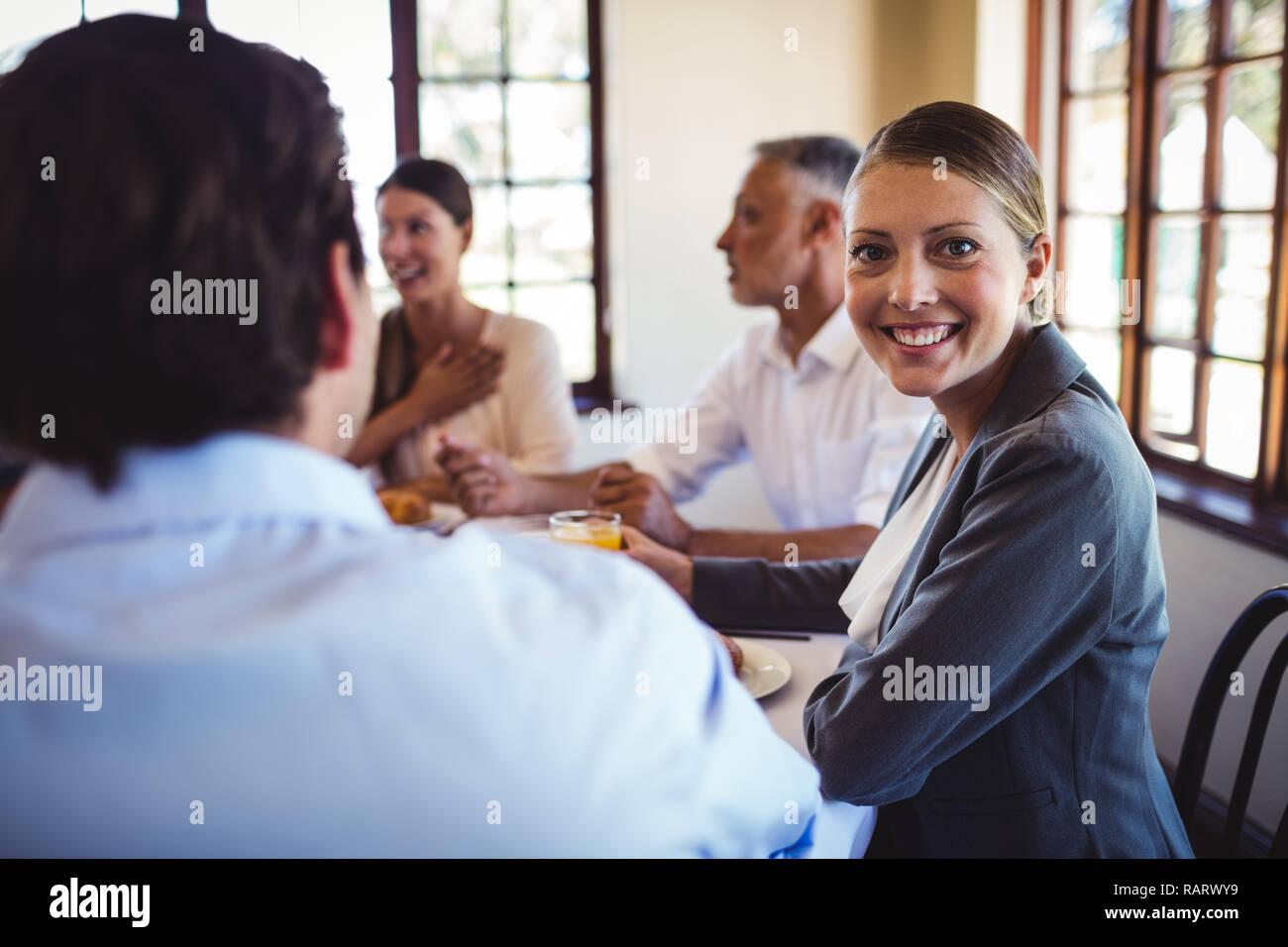 Geschäftsfrau, die an der Kamera im Restaurant suchen Stockfoto