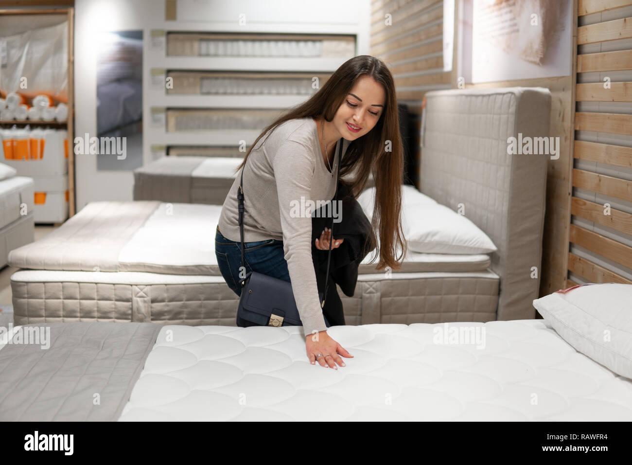 9e8c46cc29973e Kunden Frau neue Möbel kaufen - Sofa oder Couch in einem Geschäft ...