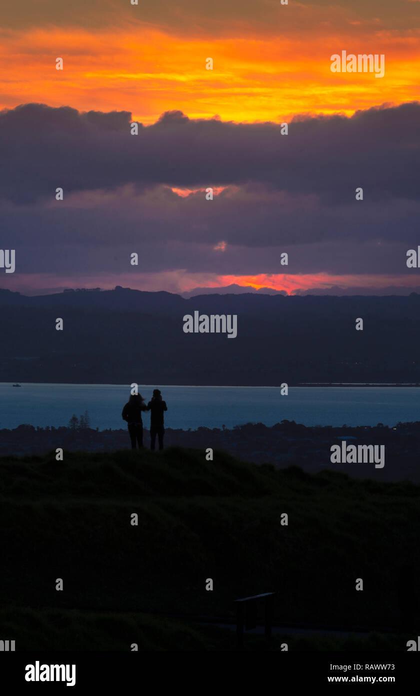 Paar schöne, schöne Sonnenuntergang über Eden Mt in Auckland in Neuseeland Stockbild
