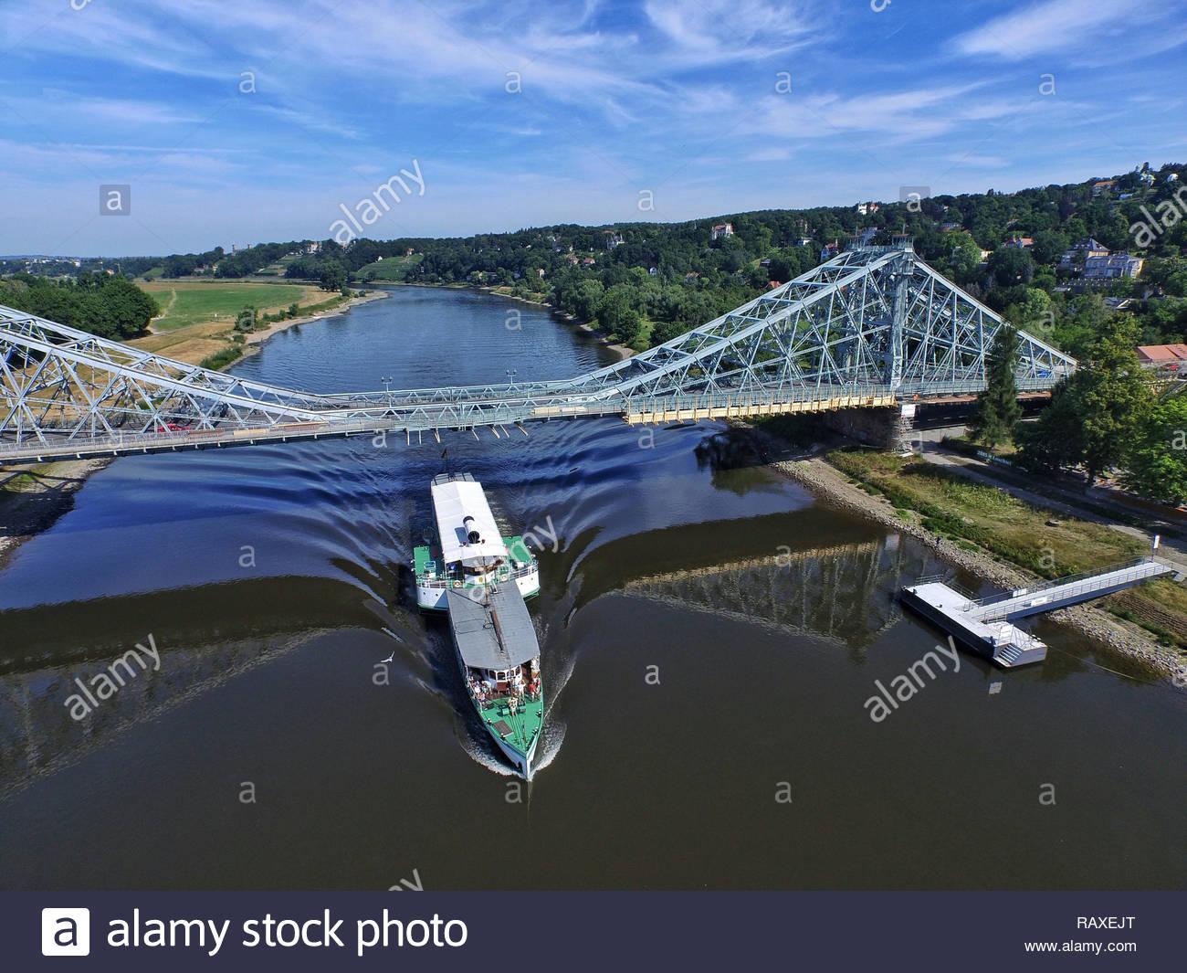 Dämpfer mit blaues Wunder Brücke in Dresden. Stockbild