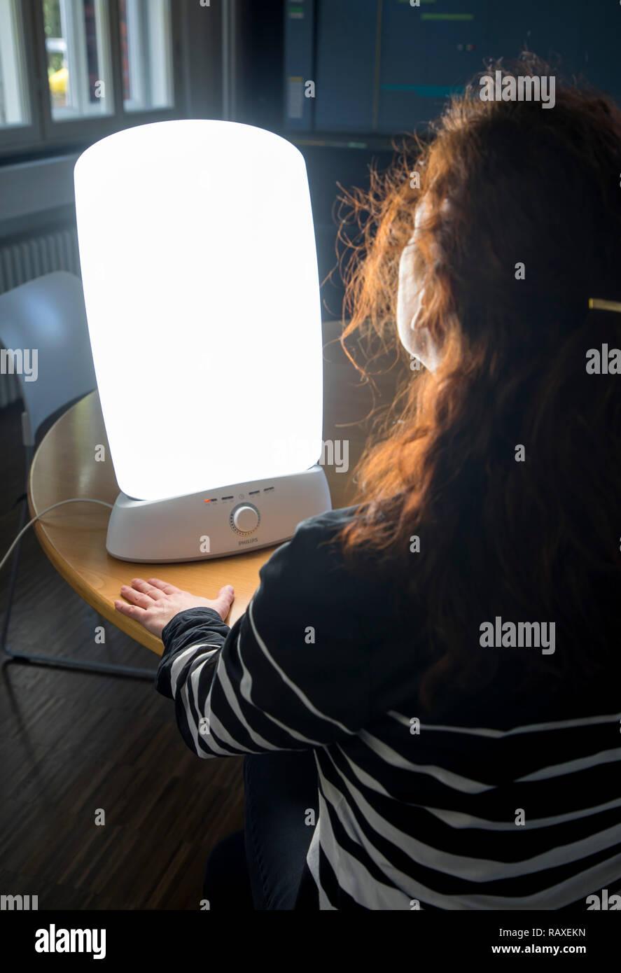 Die Lichttherapie Mit Tageslicht Lampe Eine Frau Sitzen Vor Eine Lampe Die