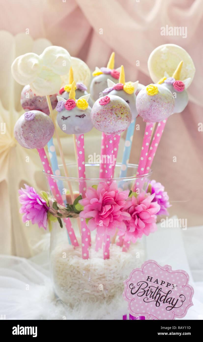 Einhorn Kuchen Pops Mit Blumen Und Dekoration Stockfoto Bild