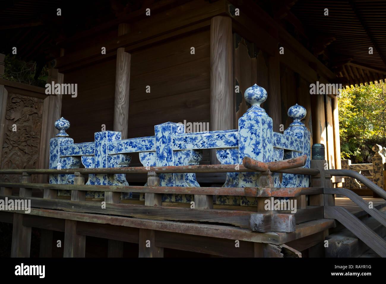 Arita, Japan - 30. Oktober 2018: Detail der Tozan ist Heiligtum in Arita mit einer Balustrade aus blauen und weißen Arita Porzellan Stockbild