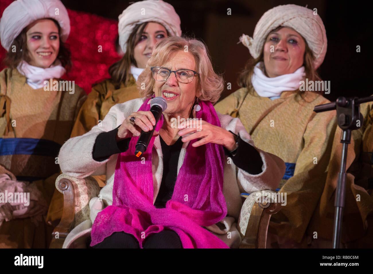 eaf87a4043dc0b Madrid, Spanien. 5. Jan 2019. Manuela Carmena grüßt die Kinder von ...