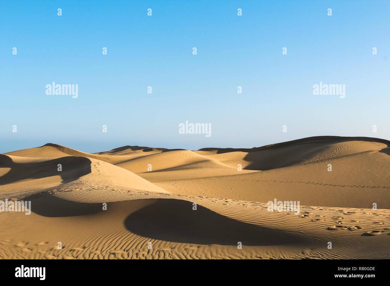 Cascading Sanddünen in der Wüste werfen lange Schatten bei Sonnenuntergang (Dunas de Maspalomas, Gran Canaria, Spanien, Europa) Stockfoto