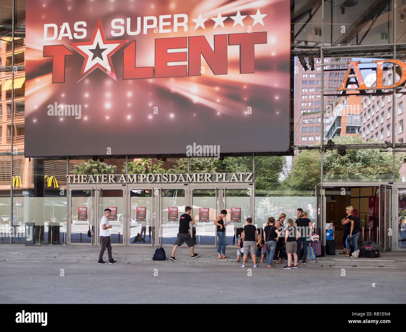 BERLIN, DEUTSCHLAND - 30. JULI 2017: die Teilnehmer der Deutschen TV-Show Das Supertalent Vor der Bühne Theater am Potsdamer Platz in Berlin. Stockbild