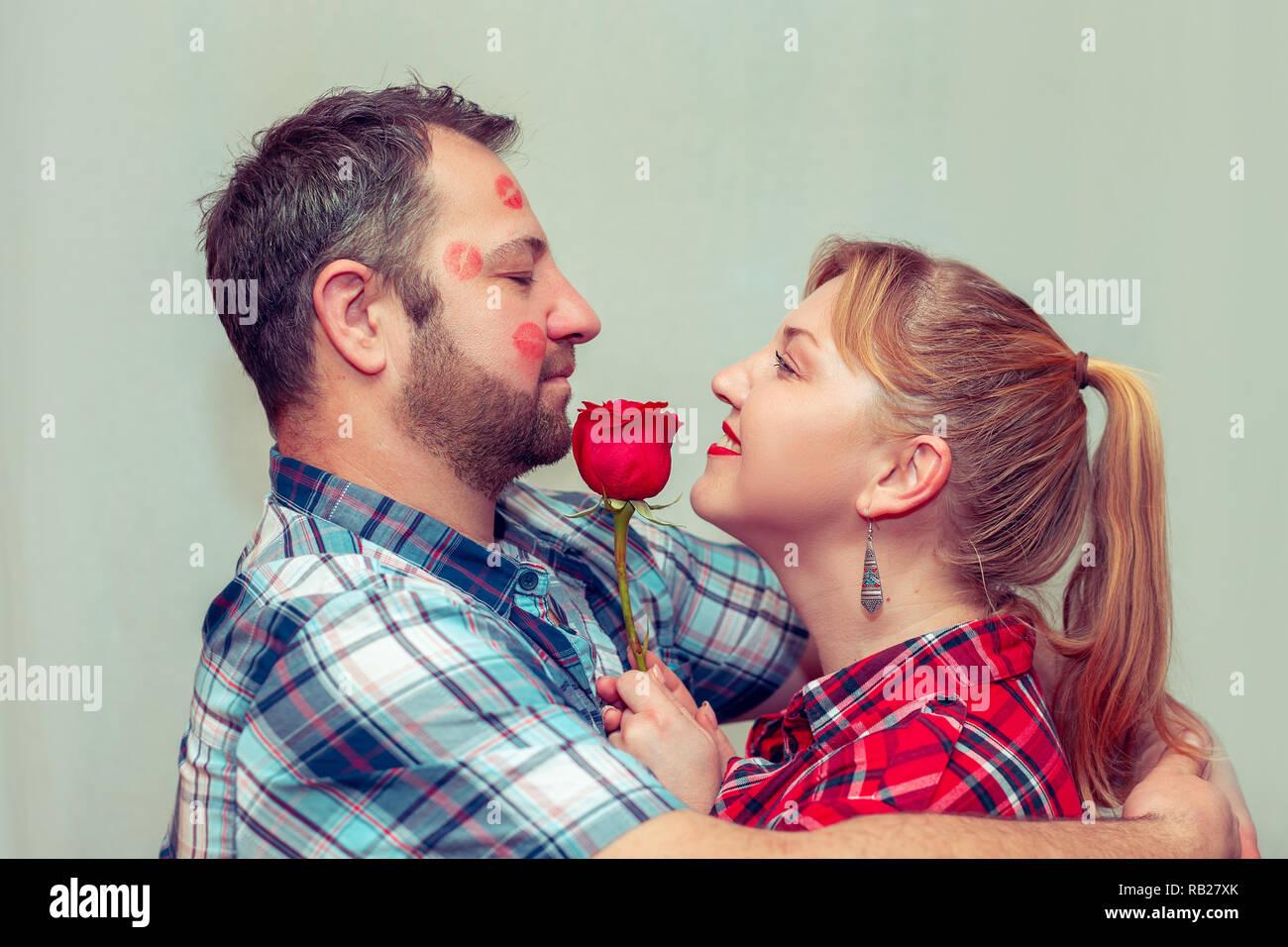 Paar Mit Einer Roten Rose Valentinstag Das Konzept Der Liebe