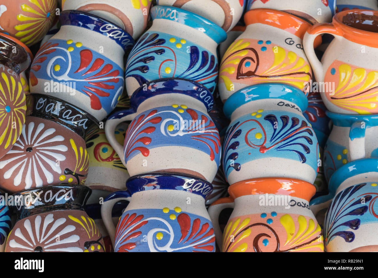 Isolierte, in der Nähe der bunten, dekorativer Becher, die Oaxaca auf sie geschrieben Stockfoto