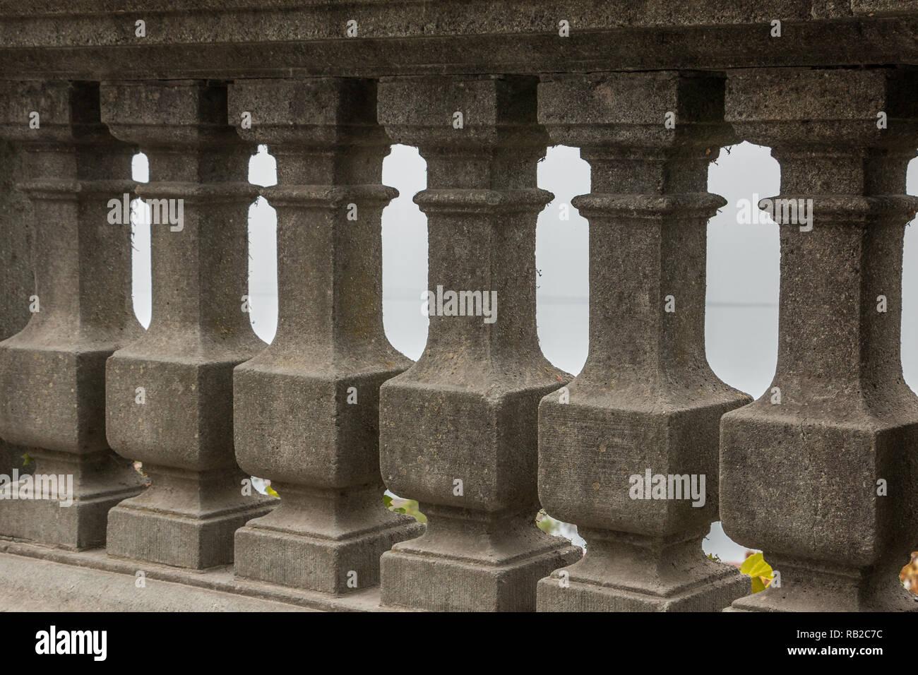 Säulenhalle grauen Stein Wand mit schönen Verzierungen Stockbild
