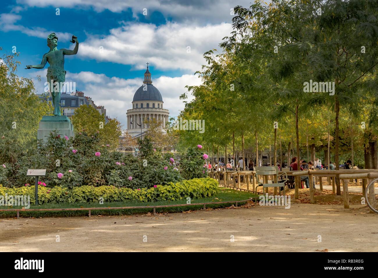 Statue des griechischen Schauspieler mit der Kuppel des Pantheon in der Ferne im Jardin du Luxembourg, Paris Stockbild