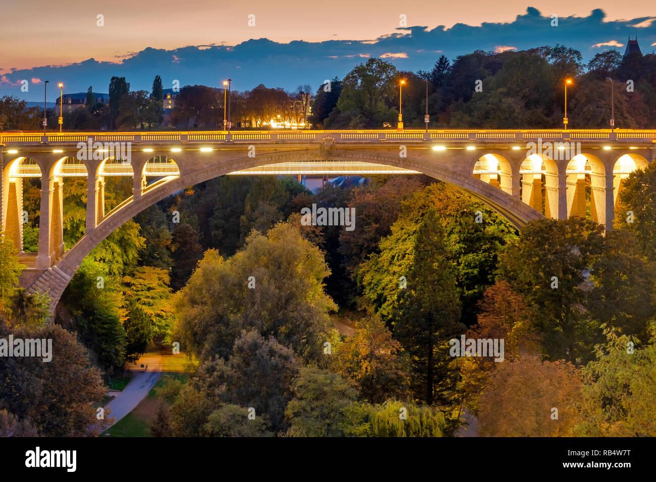 Adolphe Brücke ist eine Bogenbrücke in Luxemburg Stadt, im Süden von Luxemburg. Stockbild