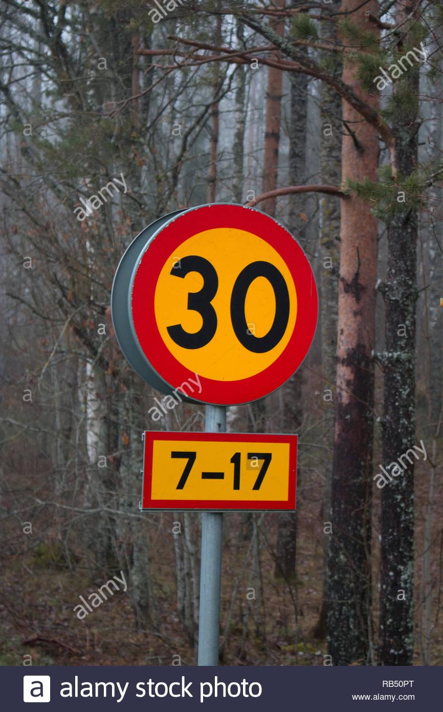Schild mit der Angabe der Geschwindigkeitsbegrenzung Stockbild