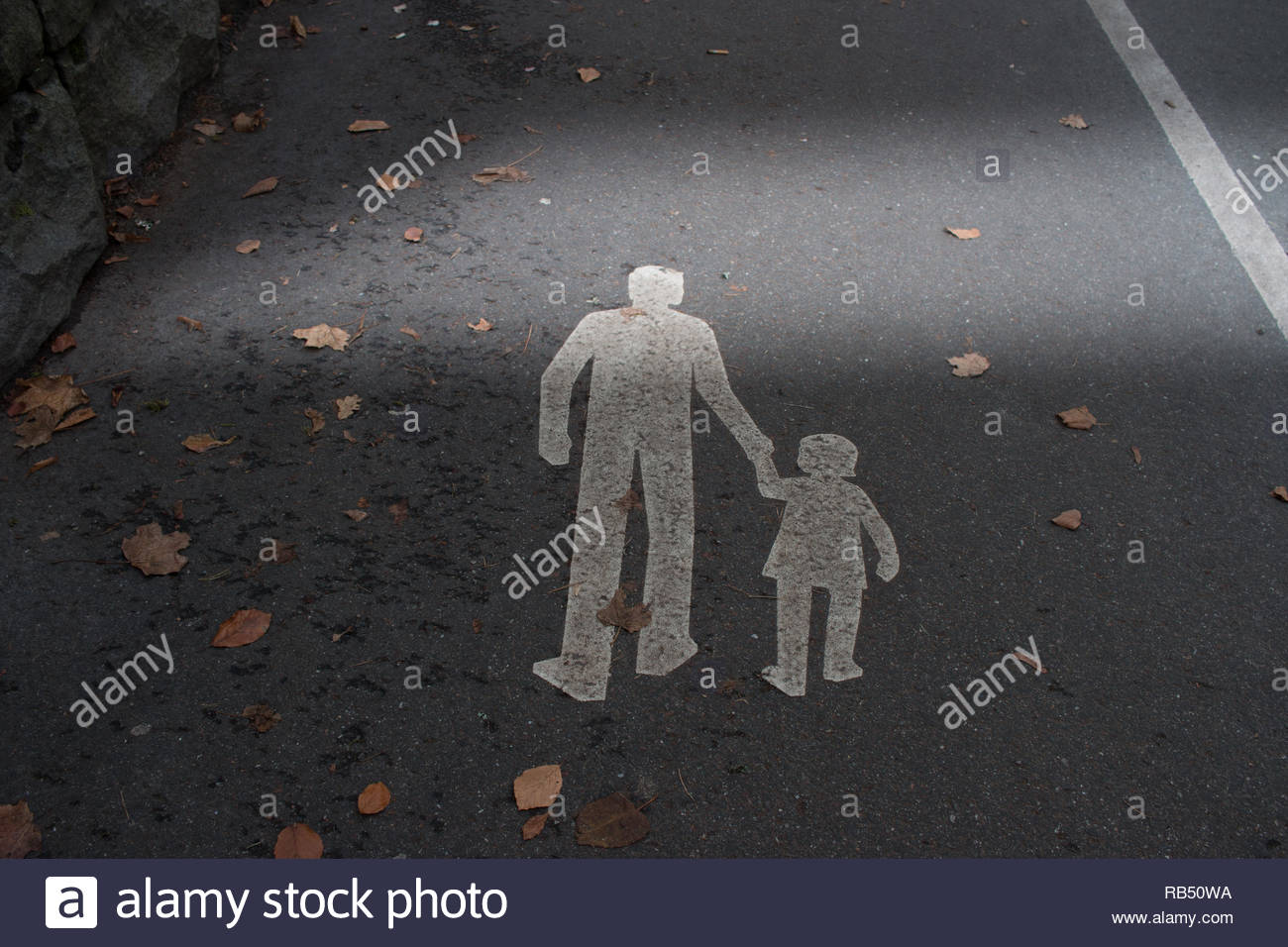 Hinweis auf einem Fußweg auf der Etage Stockbild