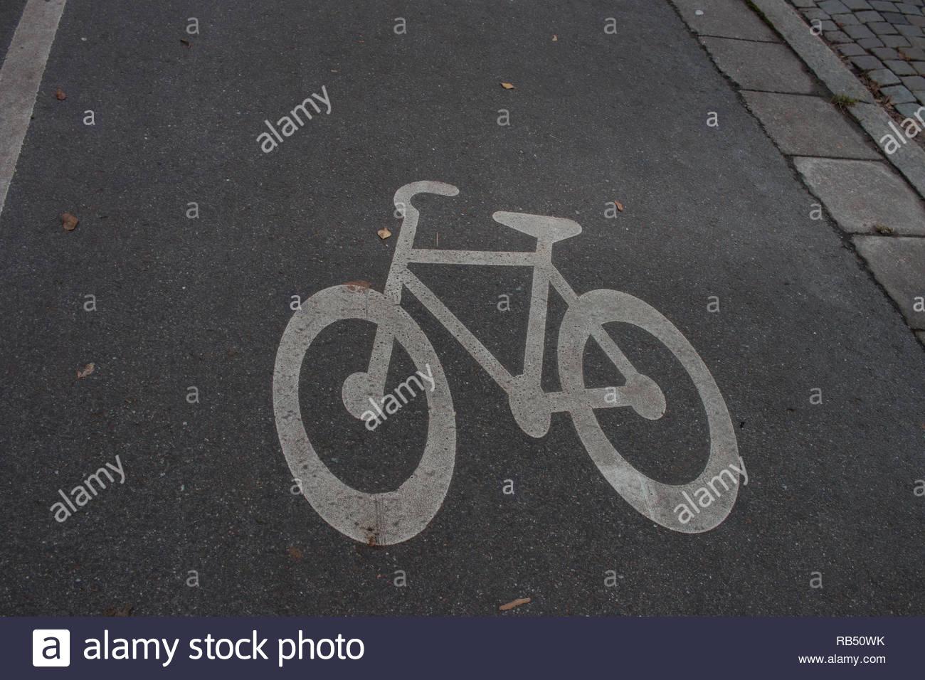 Hinweisschild für ein Fahrrad Lane auf dem ASFALT einer Straße lackiert Stockbild