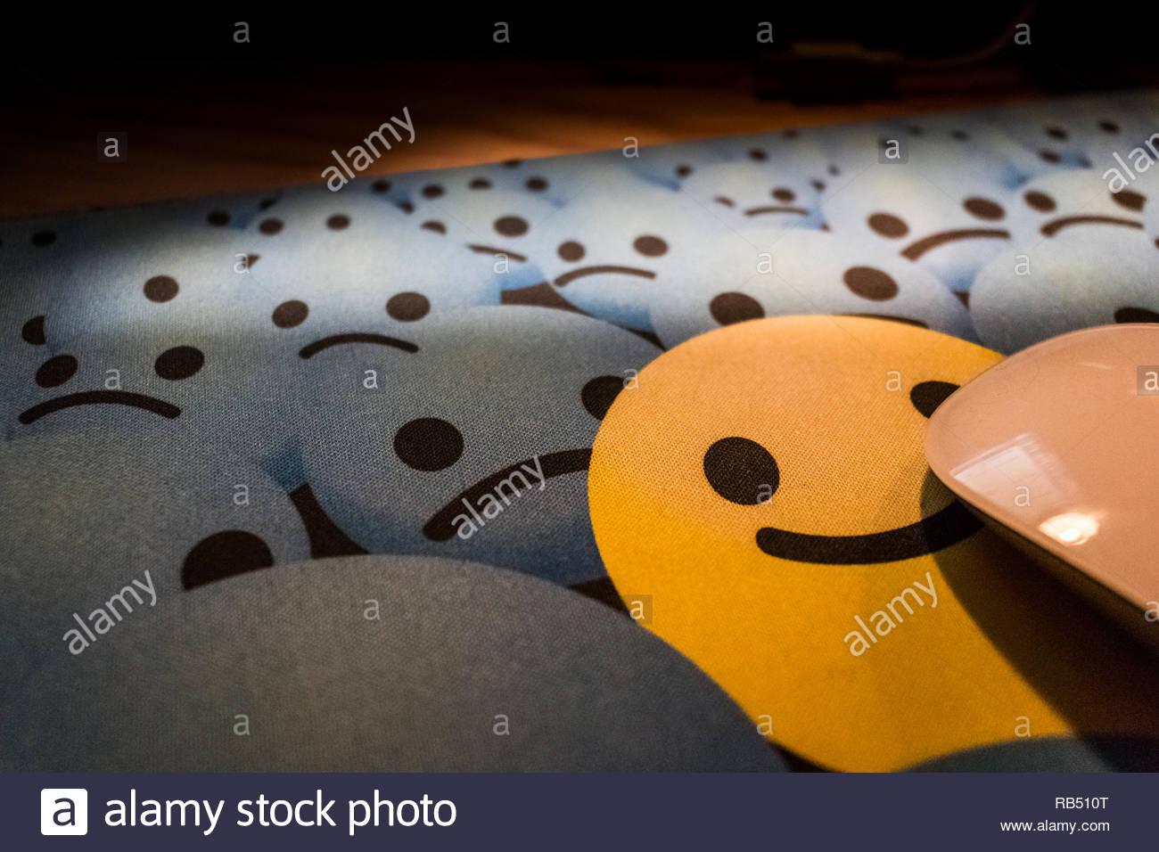 Lächelnd Mousepad mit Maus Stockbild